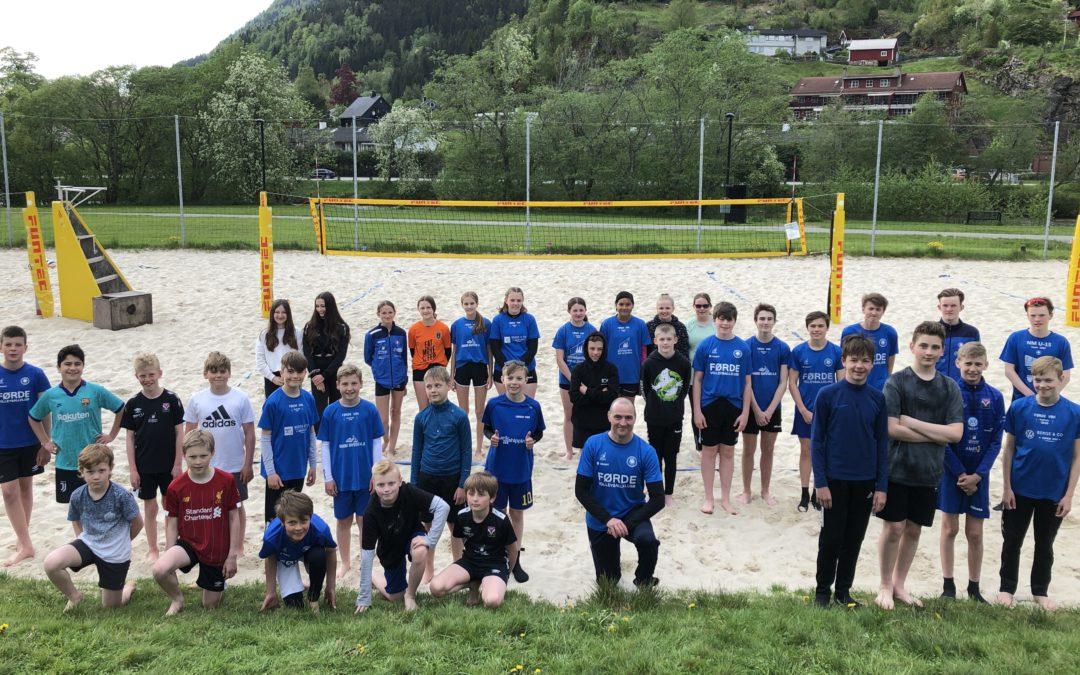 Eit yrande liv då sandvolleyballskulen starta opp